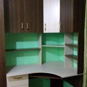 Угловой компьютерный стол с открытыми полками и верхними шкафчиками Донецк