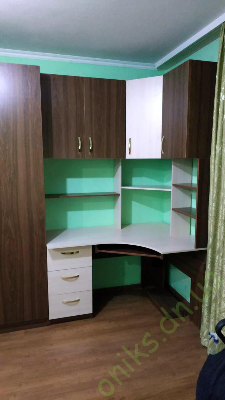 Купить угловой компьютерный стол с открытыми полками и верхними шкафчиками в Донецке