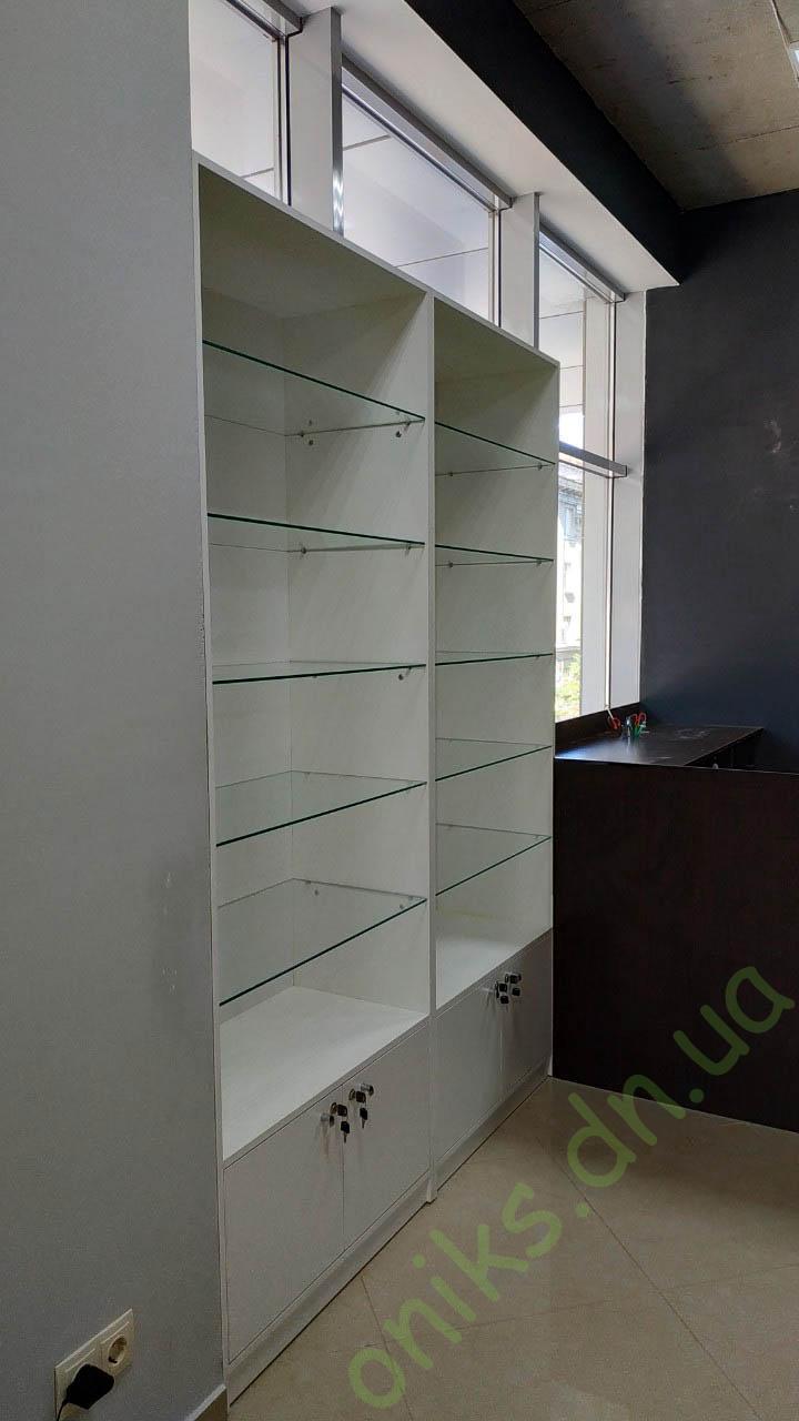 Купить полузакрытую витрину со стеклянными полками в Донецке