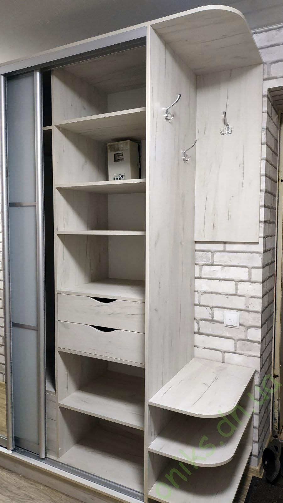 Купить шкаф-купе трёхдверный в прихожую с радиусным открытым окончанием и подвесной вешалкой под верхнюю одежду в Донецке