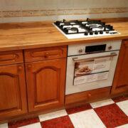 Купить угловую кухню в классическом стиле с деревянными фасадами в Донецке