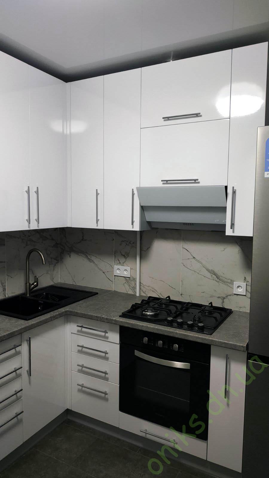 """Купить кухню угловую """"Урбан"""" с белыми глянцевыми фасадами в Донецке"""